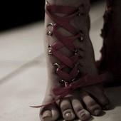Розовый корсет пирсинг на ногах
